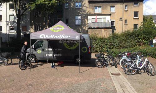 Fit für den Wettbewerb! – Die Edelhelfer checken unsere Bikes fürs Stadtradeln.