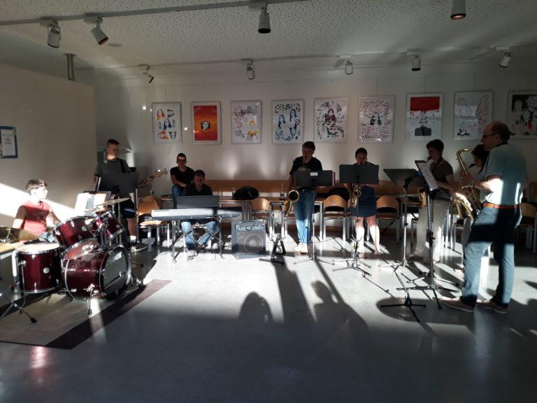 die Lehrer-Schüler-Band beim Konzert im Bistro